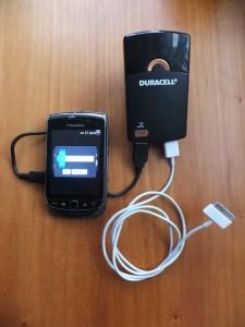 De Duracel oplader met batterij en 2 usb uitgangen.