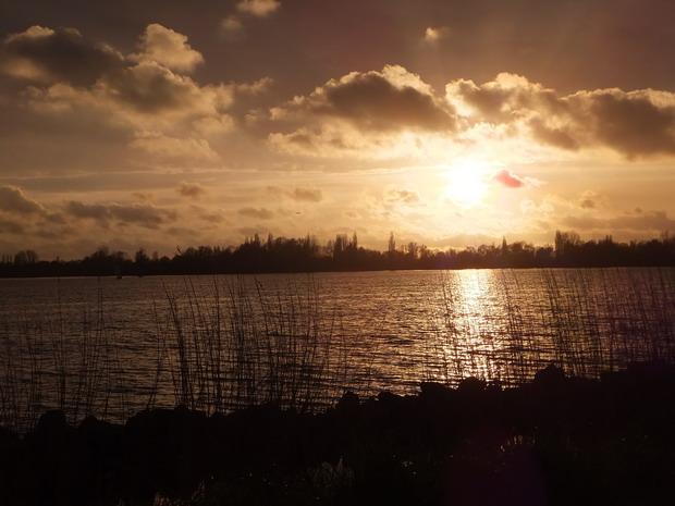 Ondergaande zon boven Westeinderplassen.