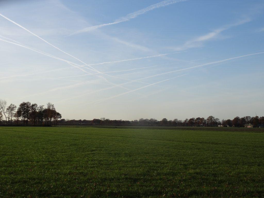 Bij Dalfsen; aan het einde van het lijnenspel, moet bij de horizon Schiphol liggen.