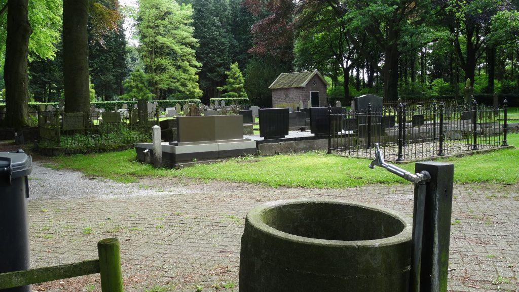 Op de meeste begraafplaatsen is wel een waterkraan te vinden. Even doorspoelen is wel aan te raden!